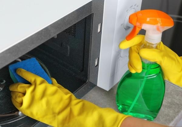 การทำความสะอาดด้วย น้ำยาเช็ดกระจก (Window Cleaner)
