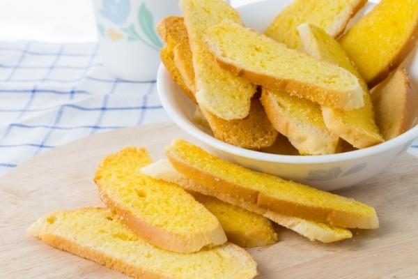 ทำขนมปังกรอบโดยใช้ขนมปังเก่า