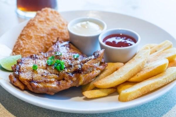 อาหารที่มี AGE สูง - สเต๊ก ไก่ทอด ฮอทดอก เฟรนช์ฟรายส์