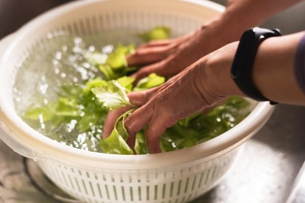 ผักใบเขียว แช่ในชามน้ำเย็นล้างและทำความสะอาดหลังจากนั้นให้สะเด็ดน้ำออก